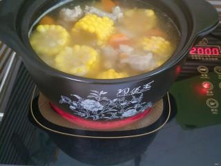 胡萝卜玉米排骨汤,全部食材炖烂之后加入盐调味