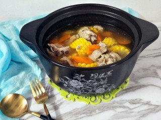 胡萝卜玉米排骨汤,胡萝卜和玉米炖出来的汤甜甜的,宝宝特别爱喝