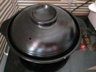辣椒炒鸡,盖上盖子炖煮20分钟