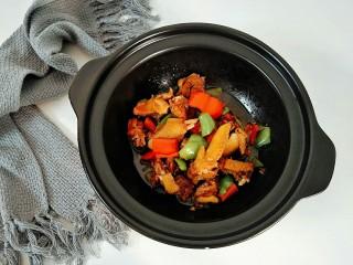 辣椒炒鸡,炒至辣椒断生即可出锅