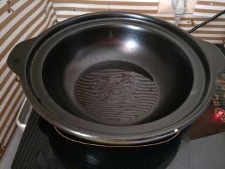 辣椒炒鸡,热锅倒油
