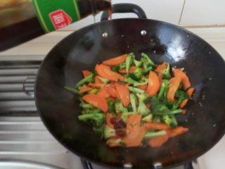 亲子餐:西兰花炖鸡蛋羹&胡萝卜清炒西兰花 8M以上,麻麻餐:翻炒至西兰花变软后加入盐,可以加点耗油提鲜,继续翻炒2分钟。