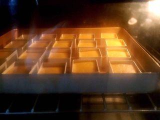 凤梨酥(纯凤梨馅),烤箱上下火160度预热好后放入烤盘,十分钟后下火降十度继续烘烤,表面开始上色时加盖锡纸继续烘烤至完全上色,我用了大概20分钟,温度有偏差,时间不固定,以上色状态为准