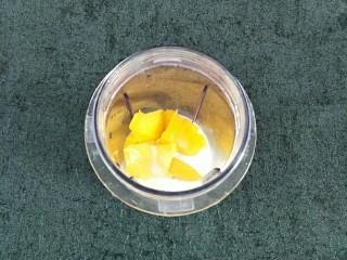 杨枝甘露,芒果边角料放入料理杯,加入淡奶、椰浆,根据自己口味适量添加白糖