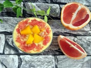 杨枝甘露,放入西米,芒果块,柚子肉装饰即可