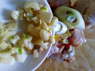 蒜香脆皮鸡腿(烤箱版),倒入全部切碎的大蒜、葱段、姜片、辣椒段
