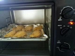 蒜香脆皮鸡腿(烤箱版),放入预热好的烤箱 烤箱中层,200度,25分钟