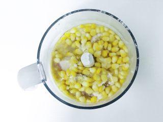宝宝辅食:猪肉玉米肠,倒入煮好的玉米粒和适量清水
