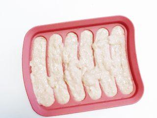 宝宝辅食:猪肉玉米肠,挤好的肉泥稍微震几下