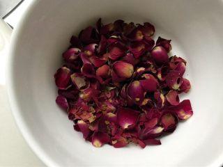 养颜玫瑰花胶牛奶冻,另取一些玫瑰花去掉叶和花蕊