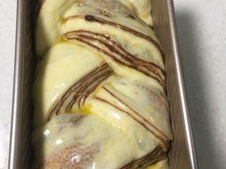 大理石纹豆沙吐司,表面刷上黄油