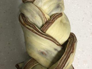 大理石纹豆沙吐司,编成辫子,切口朝上翻出。编辫子要最大限度的松,才不影二发。