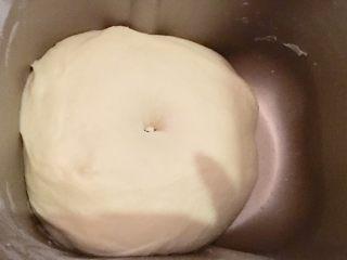 大理石纹豆沙吐司,用手指沾面粉在面团上轻轻戳一个洞不回缩,一发就完成了。