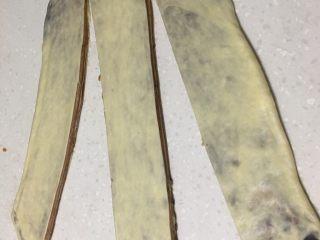大理石纹豆沙吐司,用成3根长条,不要剪断,底部留1cm左右。