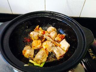 圆土豆+土豆烧排骨,加入排骨,快速翻炒