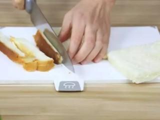 火腿芝士西多士,吐司片去边。这个吐司是柚子妈用面包机做的。