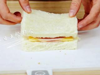 火腿芝士西多士, 再加一片火腿片,覆盖一片吐司。