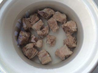 #感恩节食谱#莲藕排骨汤,加适量水。