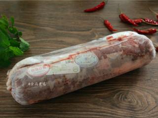 香辣薄荷炒羊肉,备好食材,<a style='color:red;display:inline-block;' href='/shicai/ 329/'>羊肉</a>提前取出解冻,软化后用清水浸泡一两遍,洗净沥干水