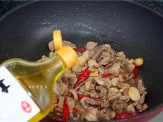 香辣薄荷炒羊肉,调入花椒油,翻炒均匀