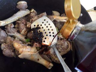 铁锅㸆大鹅,放入老抽。