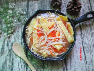 番茄金针菇蛋皮汤,这碗汤简单爽口,喝完会让人念念不忘