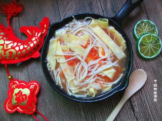 番茄金针菇蛋皮汤,特别适合没食欲、想开开胃的时候