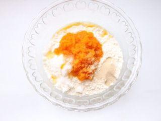 刺猬馒头,南瓜切片蒸熟压成泥状,酵母和糖一起放面粉中