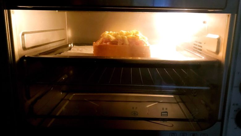 吐司披萨,把烤盘放入预热好的烤箱,上下火160W,烤10分钟