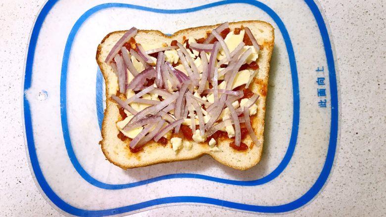 吐司披萨,再撒上一层圆葱