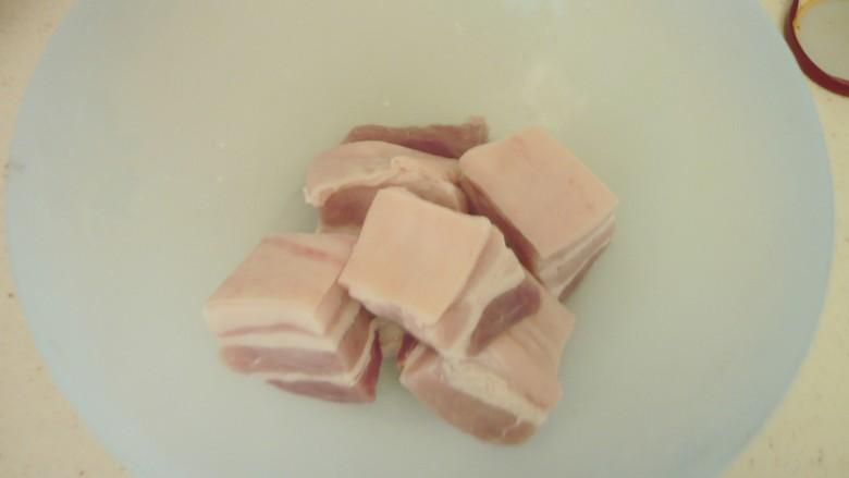 猪肉白菜炖粉条 ,五花肉切块备用