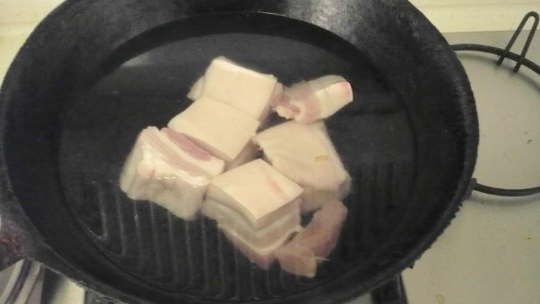 猪肉白菜炖粉条 ,五花肉凉水下锅焯水,祛除血末,捞出待用。
