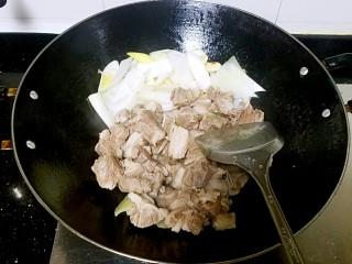 滋味羊肉煲,放入羊肉翻炒。