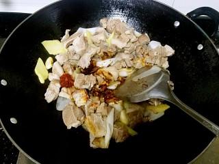 滋味羊肉煲,加入柱候酱,花生酱,红腐乳,酱油,酒,冰糖。(盐后放,这步不放)
