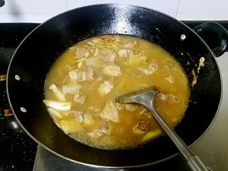 滋味羊肉煲,加入高汤或者清水,要没过羊肉。