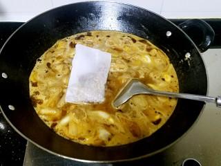 滋味羊肉煲,加入香料包,盖上锅盖焖40分钟。