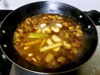 滋味羊肉煲,加入竹蔗,竹蔗的作用不仅可以增加甜味也是去除羊骚味的关键。