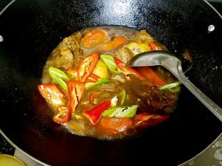 滋味羊肉煲,焖得差不多了就可以加入青红椒,辣椒不要太早放,焖烂了不好看,会降低颜值。