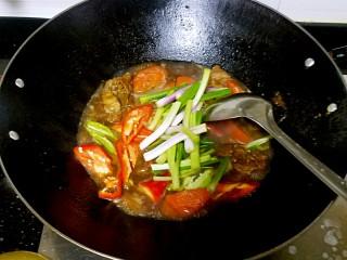 滋味羊肉煲,起锅前加入香葱。