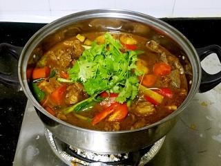 滋味羊肉煲,如果直接用来打火锅的话,汤汁要多一些,吃完羊肉后可以加入青菜或面筋等配菜煮食。