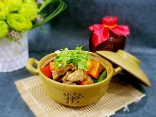 滋味羊肉煲,若将其作为菜肴享用,可将汤汁收少。