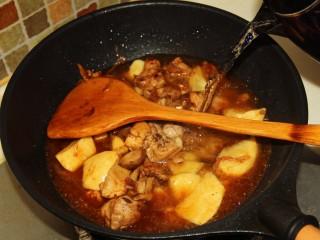 红烧鸡腿,加入适量的热水,没过鸡块。
