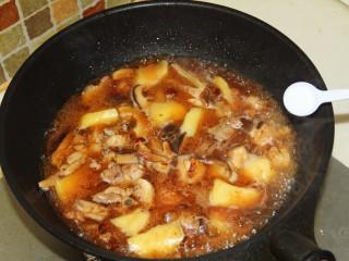 红烧鸡腿,加少许盐,中火闷制。