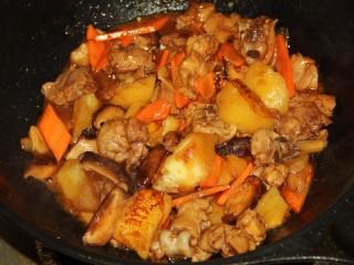 红烧鸡腿,汤汁快收干时,加入胡萝卜,适当翻炒。