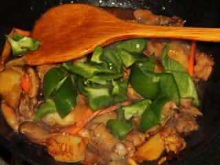 红烧鸡腿,最后加入青椒翻炒。