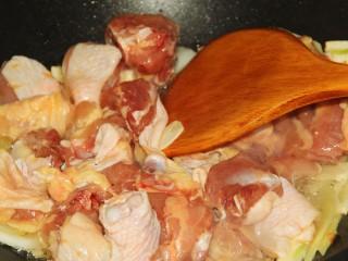 红烧鸡腿,放入鸡块儿翻炒。