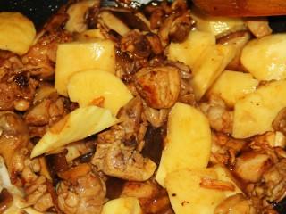 红烧鸡腿,加入土豆块儿。