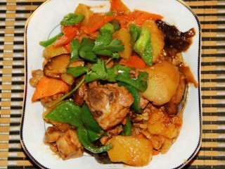 红烧鸡腿,青椒变色后即可出锅。