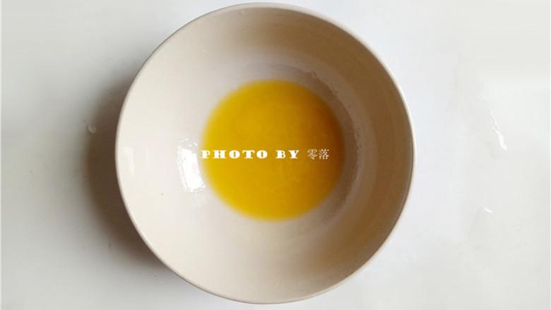 秘制烤胡萝卜,将黄油放进微波炉,加热至黄油融化;