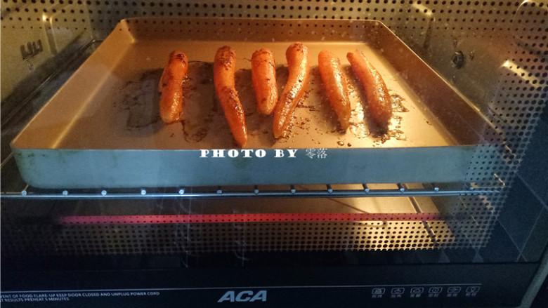秘制烤胡萝卜,中途给胡萝卜翻下面;